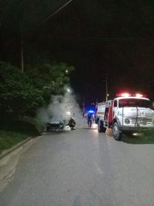 Bomberos del Cuartel Alberdi en incendio de auto
