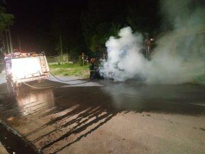 Incendio de un auto en Parera 2555