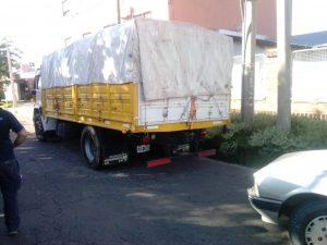 Camión estacionado que fue impactado por auto