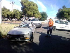 Automóvil embistió a camión estacionado