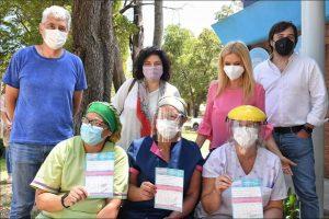 Magario, Vizzotti y Kreplak junto a enfermeras de Villa Gesell