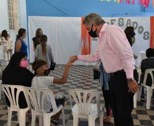 Gay saludando a niño en la reunión en Villa Rosas