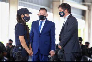 Kicillof en diálogo con una policía en Varela