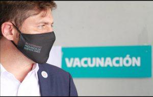 Kicillof en el centro de vacunación de La Plata