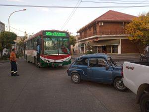 Choque entre colectivo y auto en Castelar
