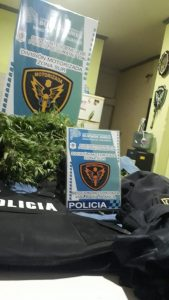 Droga en el baúl del auto de un policía